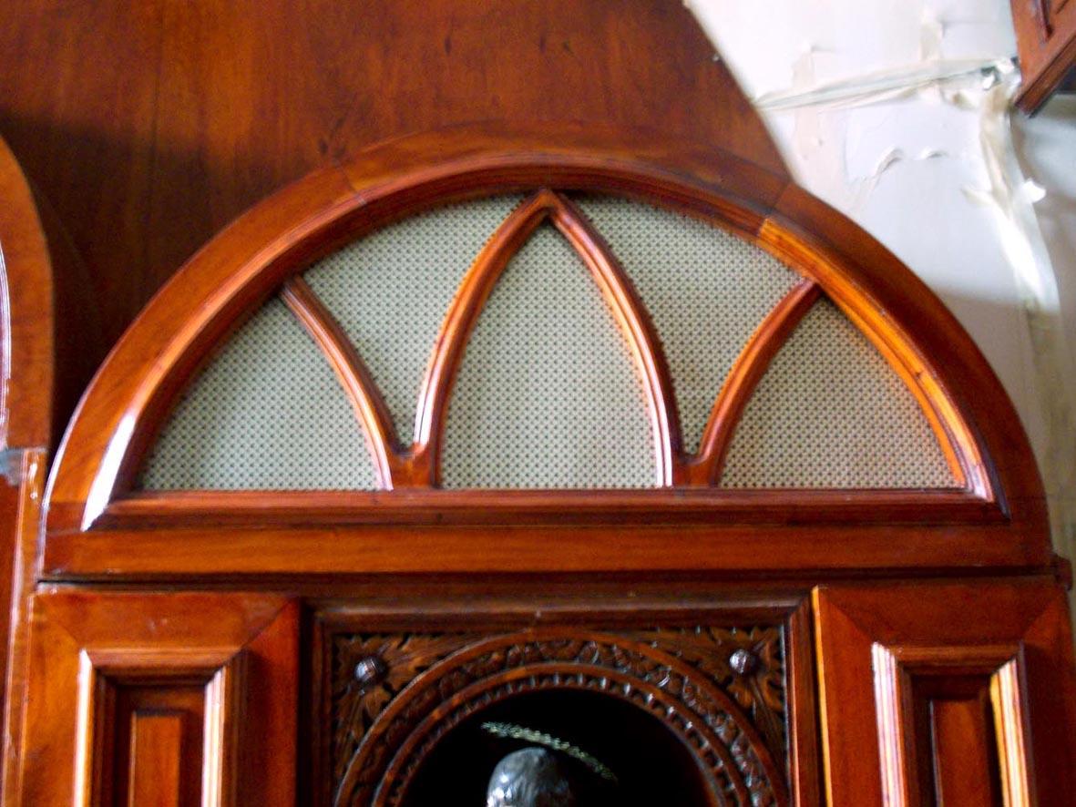 Capilla en vivienda particular puertas mueble coihue for Puertas en forma de arco